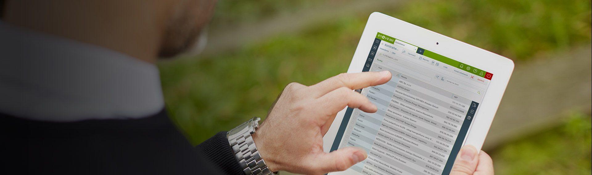 mężczyzna korzysta z tabletu z systemem ERP enova365