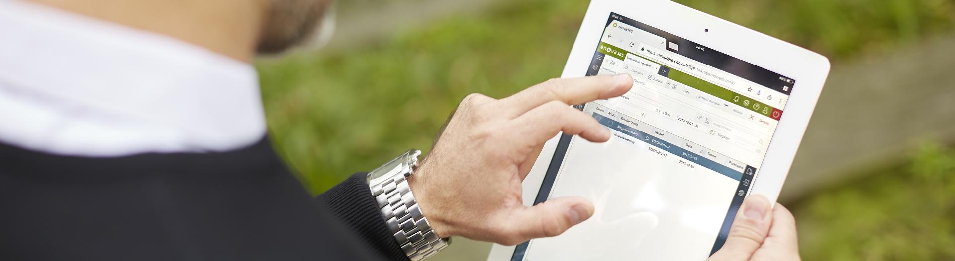 mobilny system erp - mężczyna przegląda dane firmy na tablecie